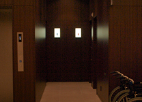 エレベーターそばには車椅子も