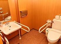 バリアフリーで広いトイレ設備