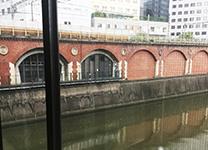 階段から神田川を臨めます