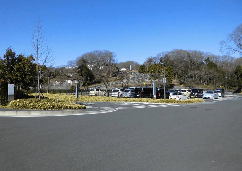 緑豊かな環境に大型駐車場完備