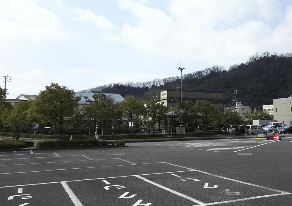 広々とした大型駐車場を完備