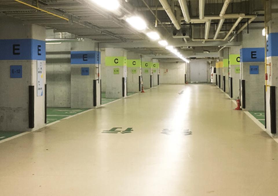 地下には無料の駐車場があります