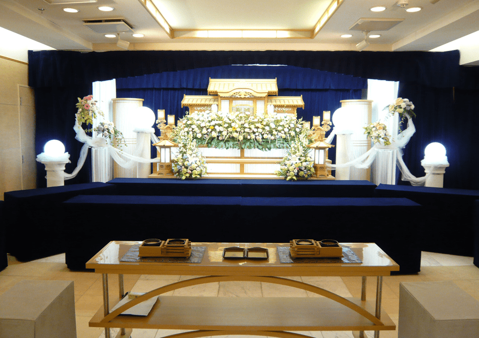 落ち着きのある白木祭壇