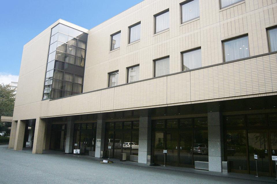 どっしりとした近代的な建物